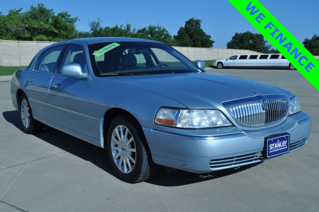 Pre Owned 2006 Lincoln Town Car Signature